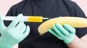Mann spritzt Banane